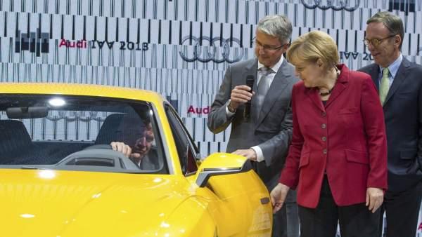 Merkel en el Salón del Automóvil de Fráncfort