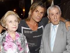 Nacho Cano junto con sus padres