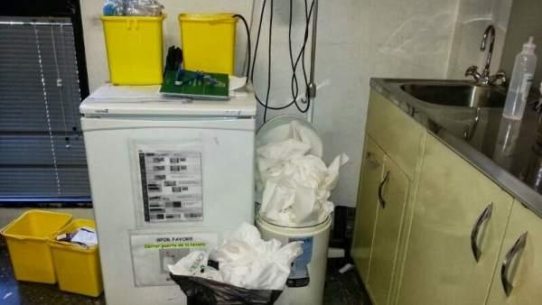 Basura acumulada en un centro de salud