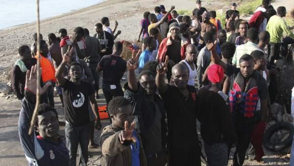 Inmigrantes entrando en Ceuta