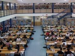 Casi 700 becas para estudiar en España
