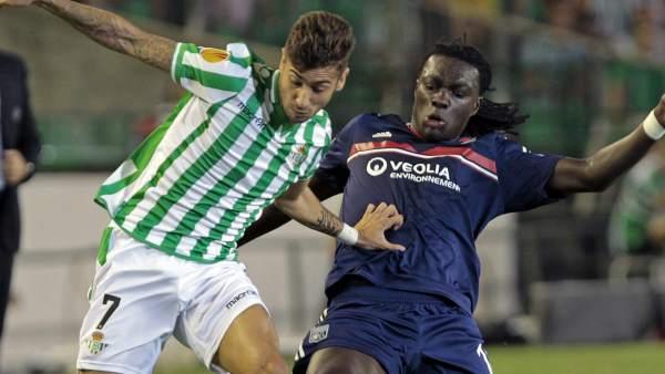 Vadillo, del Betis, presionado por Gomis, del Olympique de Lyon
