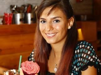 Rocío disfruta de un pastel sin gluten comprado en una tienda especializada.
