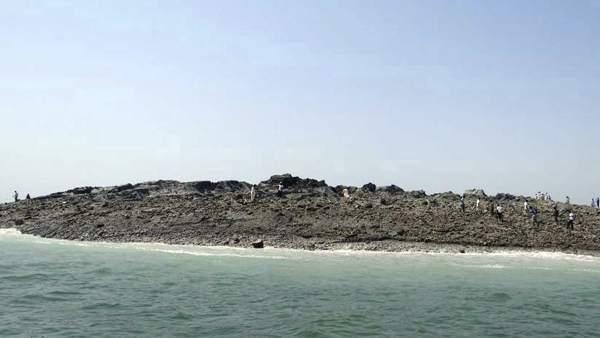 Emerge una isla tras el terremoto de Pakistán