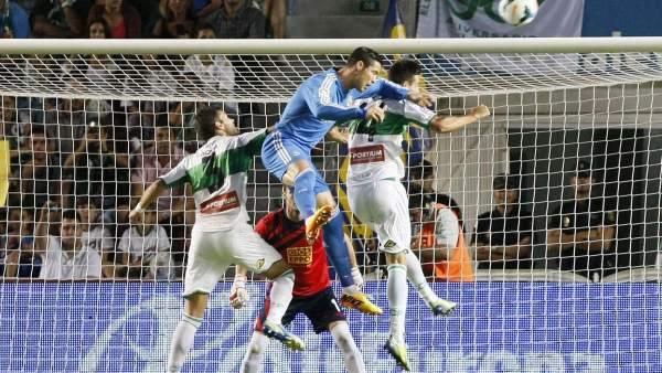 Cristiano Ronaldo intenta rematar de cabeza en el partido contra el Elche