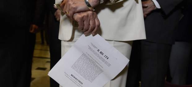 La representante demócrata Nancy Pelosi sostiene un borrador de un acuerdo para aprobar el presupuesto (EFE)
