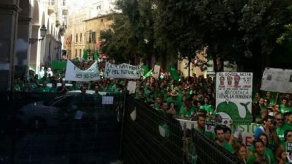 Protesta frente al Parlamento balear