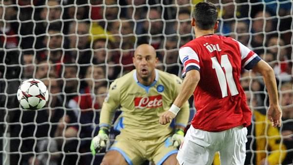 Özil le marca un gol a Reina durante el Arsenal-Nápoles