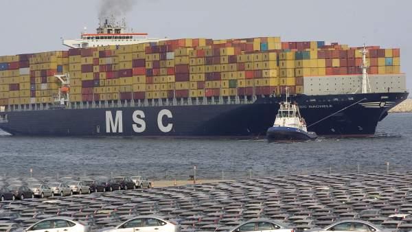 Buque de mercancías en el puerto de Valencia