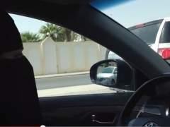 Arabia Saudí detiene a un hombre por dejar a una mujer conducir su coche