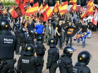 Policías antidisturbios y manifestantes de extrema derecha