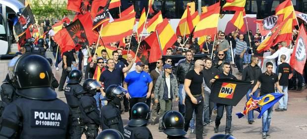 Polic�as antidisturbios y manifestantes de extrema derecha