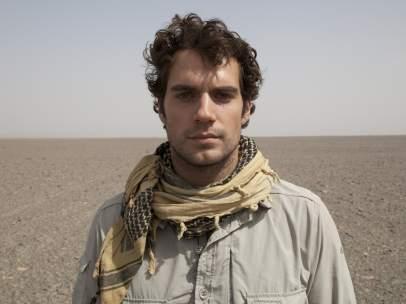 Henry Cavill en el desierto chino de Turfán en En coche al fin del mundo, de Discovery MAX