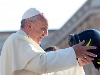 Gesto de cariño del papa a los bomberos