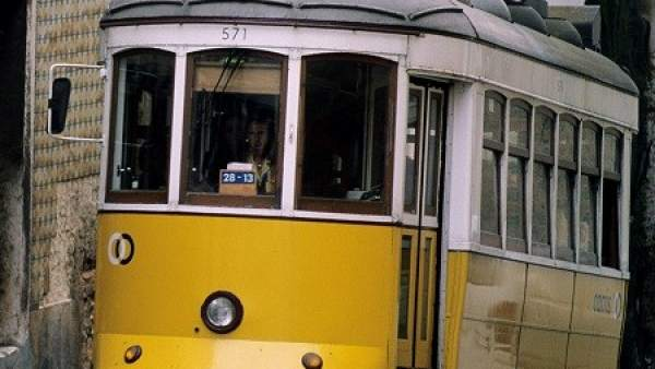 Un tranvía circulando por las calles de Lisboa.