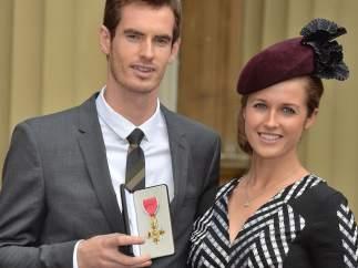 Andy Murray y su novia, Kim Sears, posa como Oficial del Imperio Británico