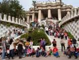 Escolars i turistes omplen les escales del Drac de Gaudí del Park Güell.