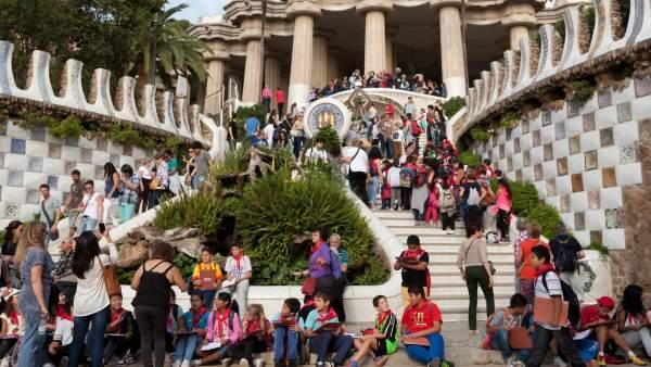 Turistas llenan las escaleras del Dragón de Gaudí del Parc Güell.