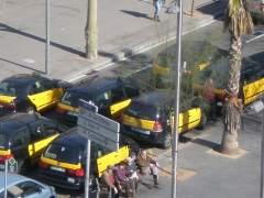 Los taxistas de Barcelona comienzan a 'uberizarse': veto a las bermudas y a las camisetas de tirantes