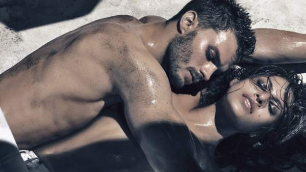 Jamie Dornan y Eva Mendes en un anuncio de Calvin Klein