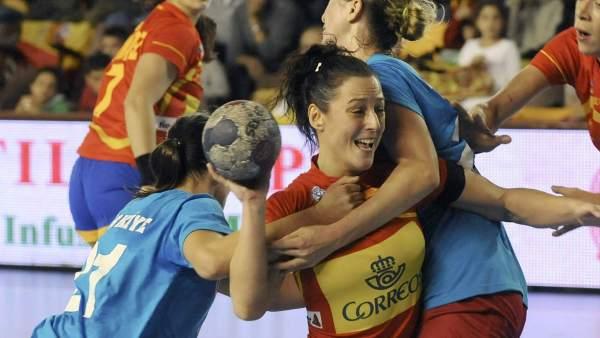 Macarena Aguilar es obstaculizada por una jugadora turca