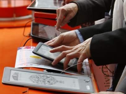 Asistentes a la Feria del Libro de Fráncfort prueban ebooks y ereaders
