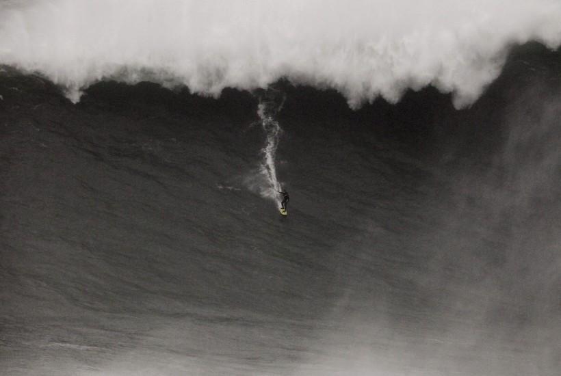 Surfea un 'muro' en busca de un récord