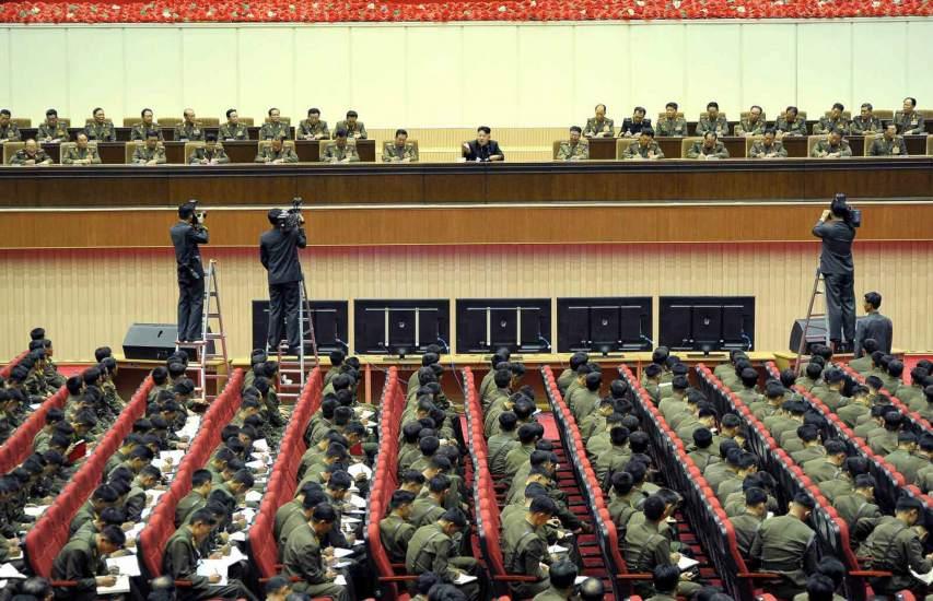 Kim Jong-un se dirige a sus comandantes