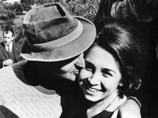 Don Juan Carlos besa a la reina
