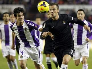 Seferovic, de la Real Sociedad, pugna por una posesión con Marc Valiente, del Real Valladolid