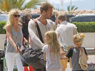 Gwyneth Paltrow y Chris Martin con sus hijos Apple y Moses en Mallorca