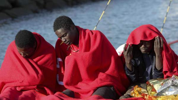 Rescatan a 17 inmigrantes en el Estrecho
