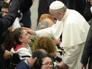 El papa saluda a los enfermos