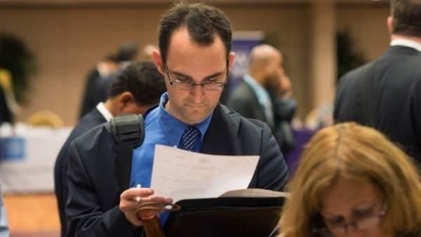 Un reclutador leyendo un currículum