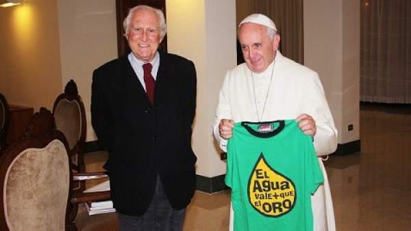 El papa posa con una camiseta contra el 'fracking'