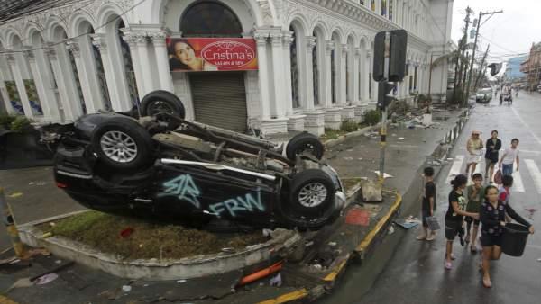 Coches volcados por el paso de 'Haiyan'