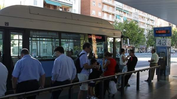 Viajeros esperando el autobús