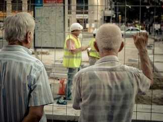 Pensionistas viendo obras