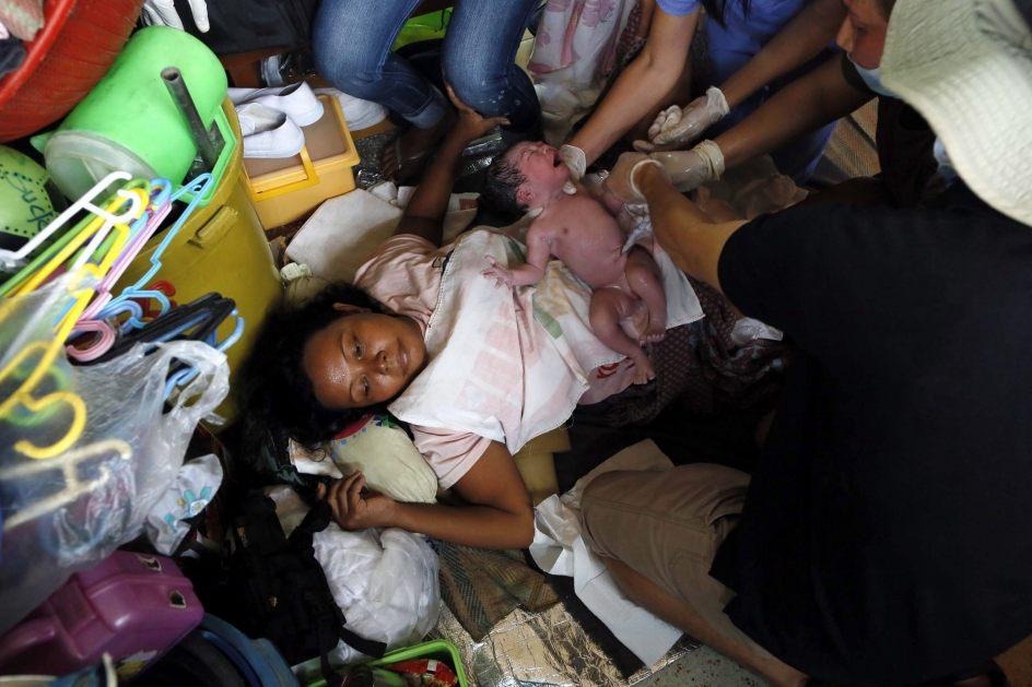 Nace un bebé en un refugio de Tacloban