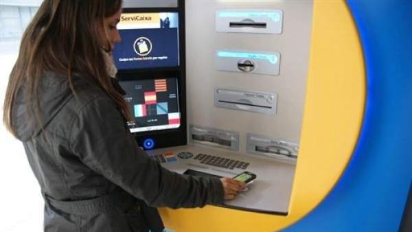 Las claves para entender la 'guerra de cajeros': ¿cómo evitar que te cobren por sacar dinero?