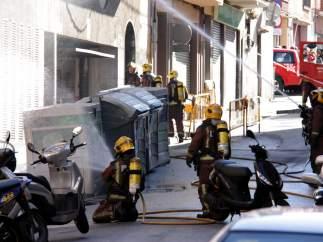 Efectivos de los Bombers en el lugar de la explosión de gas en Santa Coloma.