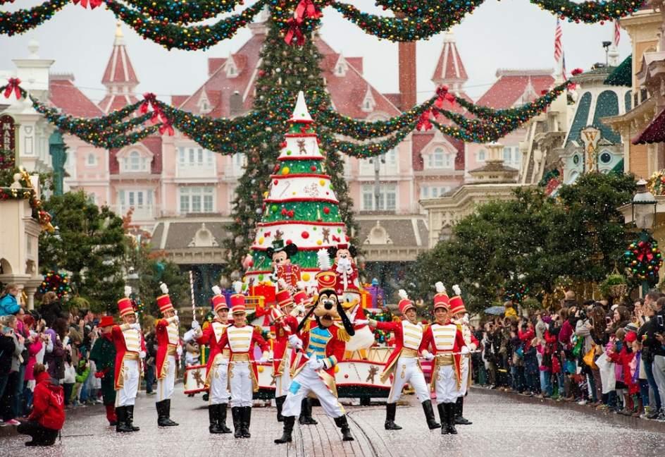 los desfiles de la temporada invernal renen a los personajes ms populares de disney algunos de ellos vestidos con sus galas navideas disneyland pars