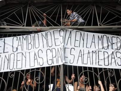 Estudiantes chilenos protestan en la sede de campaña de Bachelet