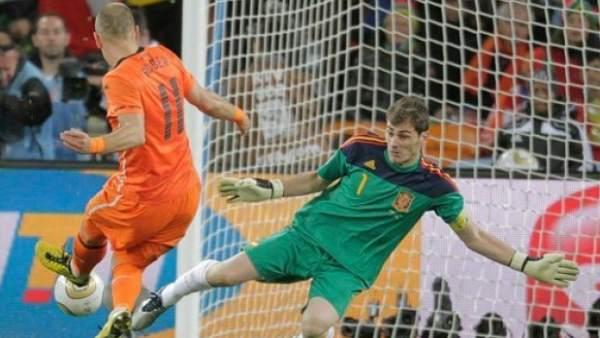 Parada de Casillas a Robben