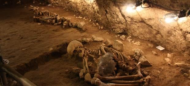 Imagen de uno de los esqueletos de adulto de la época neolítica hallado en las excavaciones de la cueva de Can Sadurní de Begues, con los restos de un segundo cuerpo al fondo.