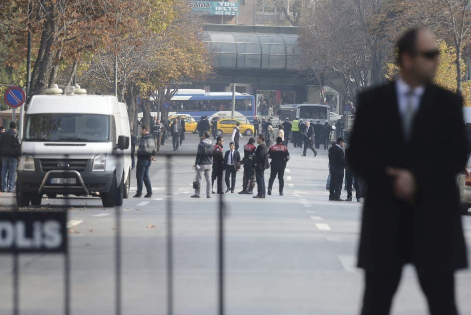 Detienen a un hombre que aparentaba portar una bomba ante for Oficina nacional de deportes