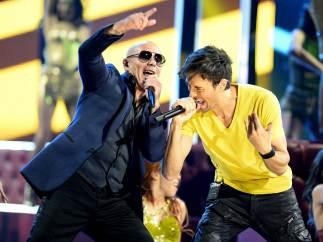Enrique Iglesias canta a dúo con Pitbull