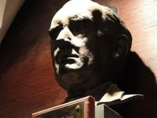 Busto con el retrato de J.R.R. Tolkien