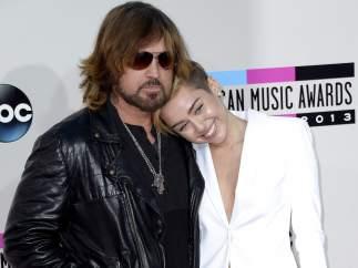 Miley Cyrus, familiar y recatada