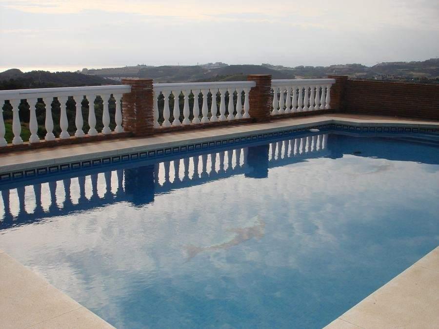 Fallece un ni o de 4 a os ahogado en una piscina en m laga for Piscina inacua malaga